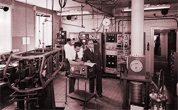 Essen and Parry in 1960 with the original caesium atomic clock.